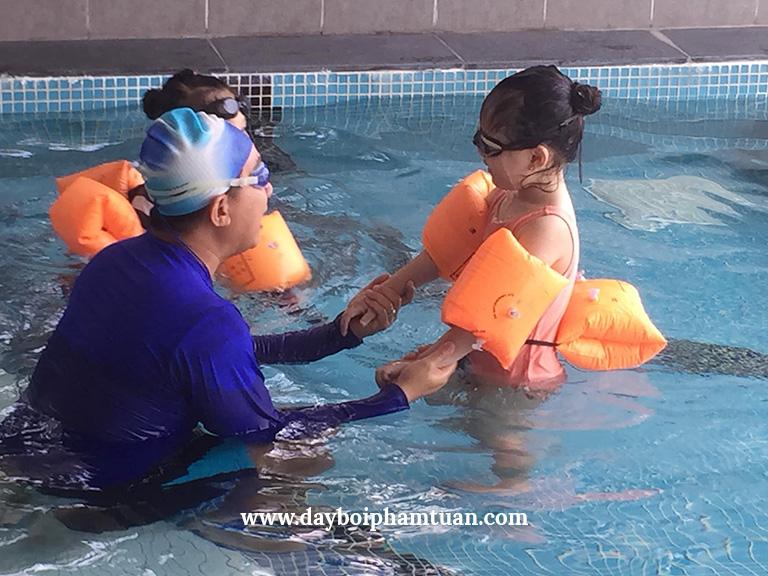 Bộ sưu tập học viên và đôi ngũ huấn luyện viên của Trung Tâm Dạy Bơi Kèm Riêng Phạm Tuân