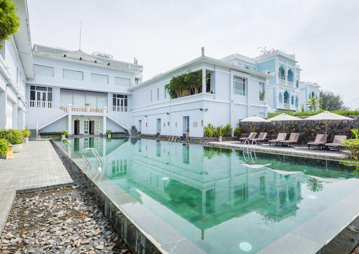 Hiện tại hồ bơi này đang nằm tọa lạc tại số 4 Phan Văn Chương, Tân Phú, Quận 7, Hồ Chí Minh, ngay cạnh hồ Bán Nguyệt