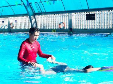 Hồ bơi Hòa Bình có hệ thống vòm mái che rất mát mẻ, tránh ánh nắng trực tiếp chiếu xuống sân chơi.