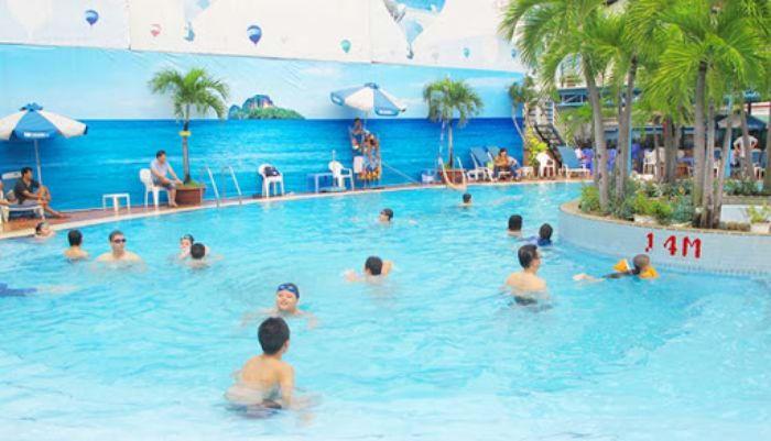 Ngoài ra khi đến bơi, khách hàng sẽ được sử dụng thêm những dịch vụ cao cấp như quầy bar, ghế nằm thư giãn và khăn tắm miễn phí.