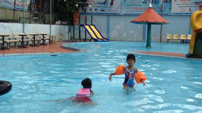 Chất lượng nước đảm bảo sạch sẽ, khách hàng luôn cảm thấy dễ chịu khi sử dụng dịch vụ tại hồ bơi Lê Thị Riêng